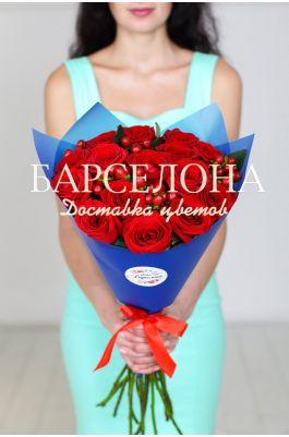 15 красных роз и гиперикум
