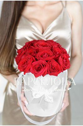 15 красных роз в белой шляпной коробке