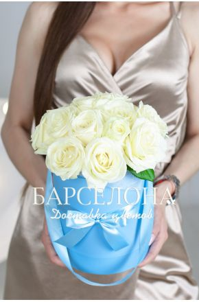 15 белых роз в голубой шляпной коробке