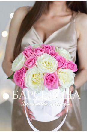 15 белых и розовых роз в белой шляпной коробке