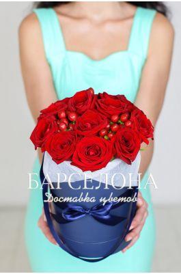 15 красных роз и гиперикум в шляпной коробке