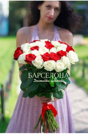 25 Красно-белых роз 50 см.
