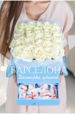 25 белых роз и раффаелло в голубой коробке