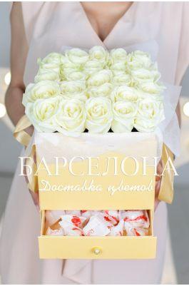 25 белых роз и раффаелло в кремовой коробке