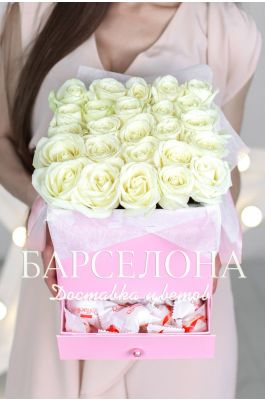 25 белых роз и раффаелло в розовой коробке