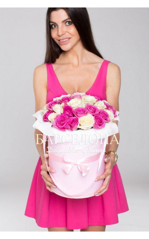 29 белых и розовых роз в шляпной коробке