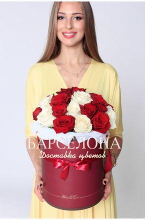 29 красных и белых роз в шляпной коробке