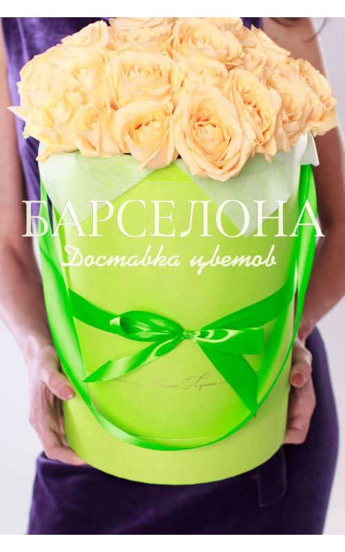 29 кремовых роз в зеленой шляпной коробке