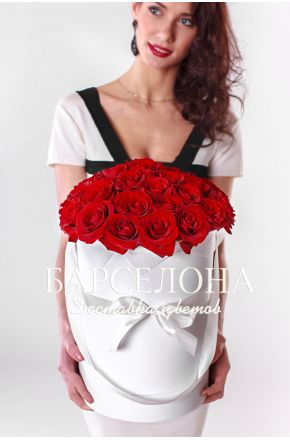 29 красных роз в белой шляпной коробке