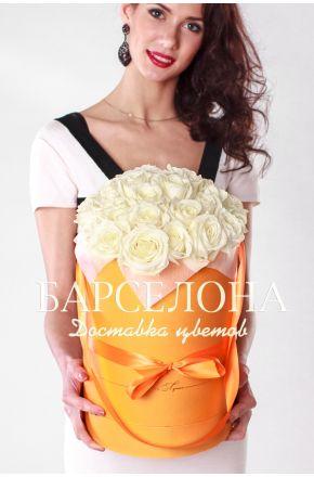 29 белых роз в оранжевой шляпной коробке