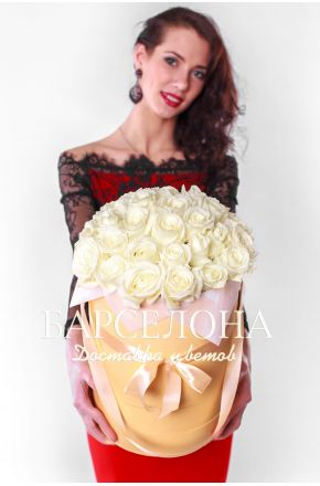 29 белых роз в кремовой шляпной коробке