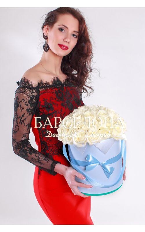 29 белых роз в голубой шляпной коробке