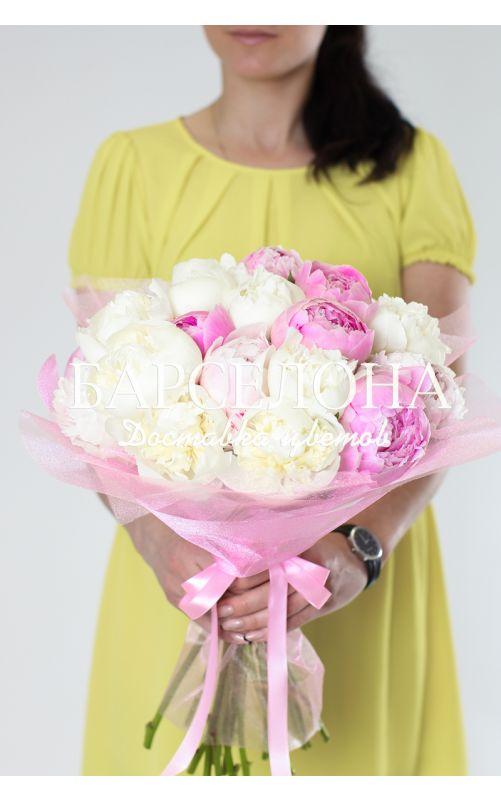 Букет из 15 розовых и белых пионов