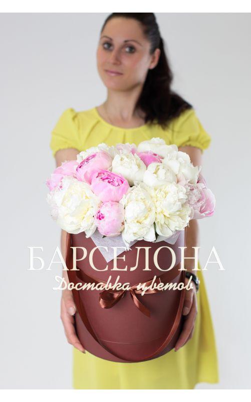 Белые и розовые пионы в коричневой коробке