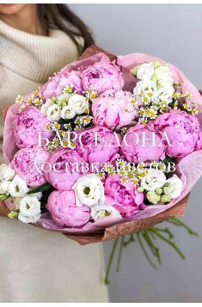 Букет из 11 розовых пионов ромашки и эустомы