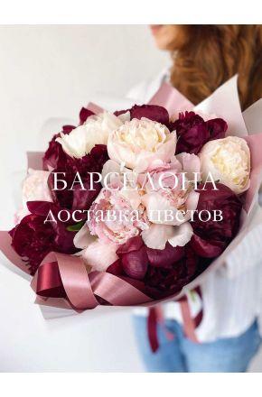 Букет из 17 розовых и бордовых пионов