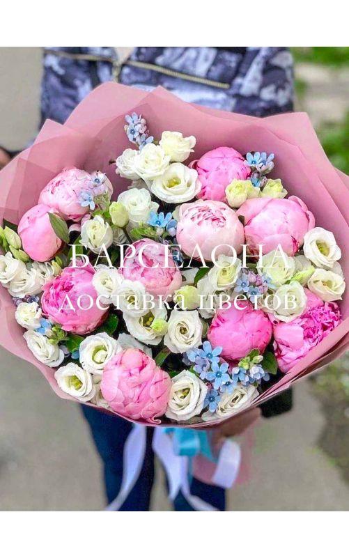 Букет из розовых пионов твидии и эустомы