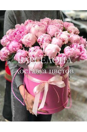 Шляпная коробка из 25 розовых пионов