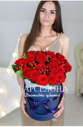 21 красная роза и гиперикум в шляпной коробке