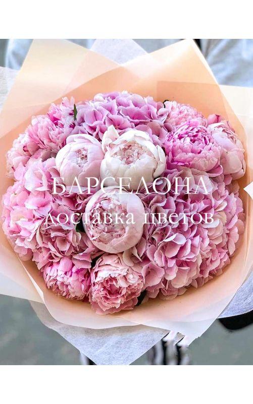 Букет из розовых гортензий и пионов