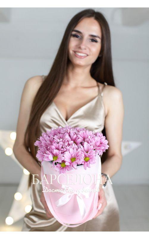 5 розовых хризантем в розовой шляпной коробке