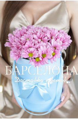 5 розовых хризантем в бирюзовой шляпной коробке