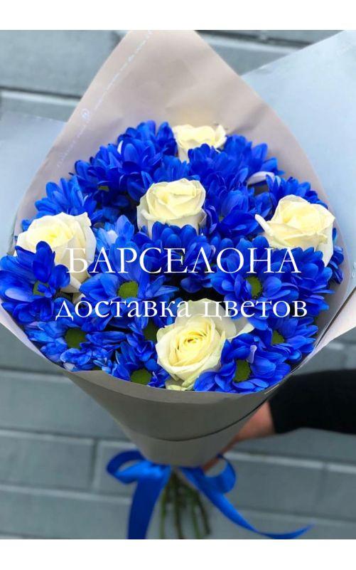 Букет из синих хризантем и белых роз
