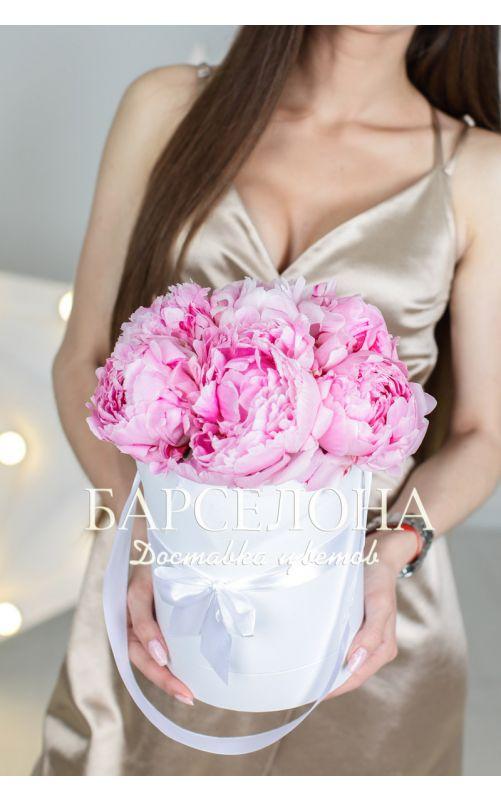 Шляпная коробка из 7 розовых пионов