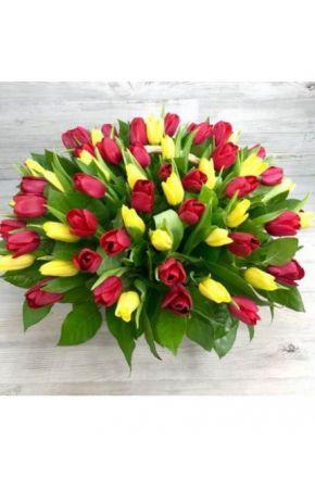 101 красный и желтый тюльпан в корзине