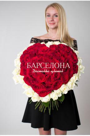 Сердце из 51 розы с окантовкой 50 см