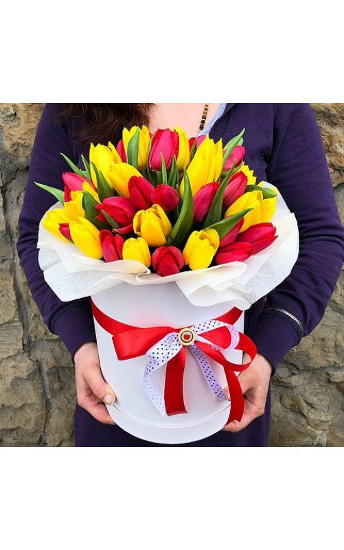 Шляпная коробка из 35 красного и желтого тюльпана