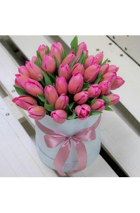 Шляпная коробка из 35 розовых тюльпанов